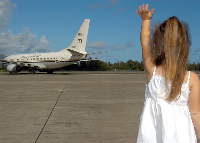 child-waving-goodbye-595429_640.jpg